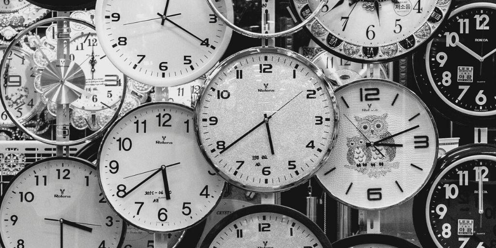 時は金ナリ。つまり時間は有限であることを、時間が経過している時計で表している。