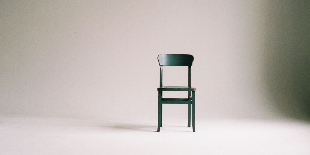 椅子が1つだけ置いてある