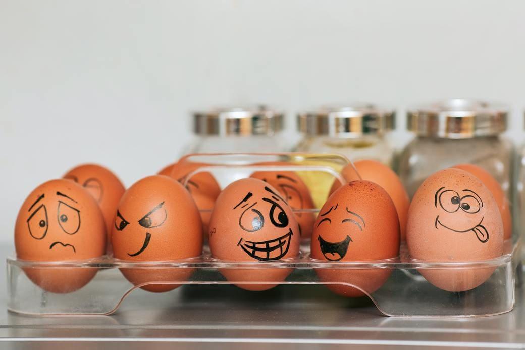 色々な顔が描かれている卵