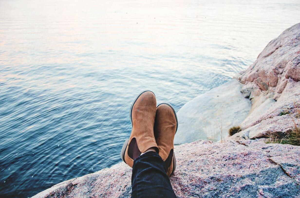考えている人の足