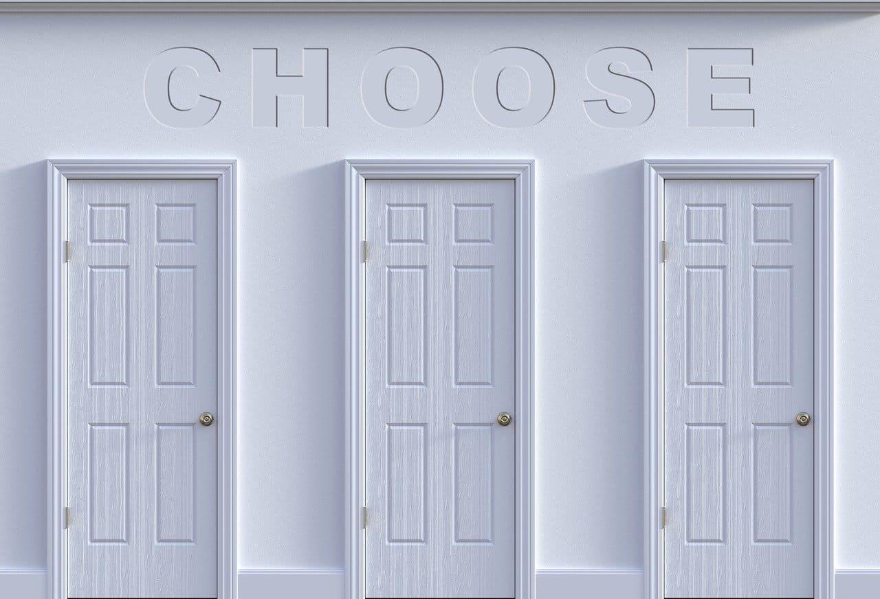 同じような白いドアが3つある