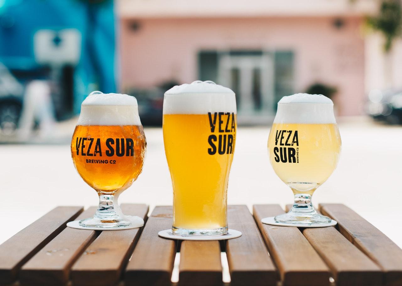 3種類のビールが並んでいる