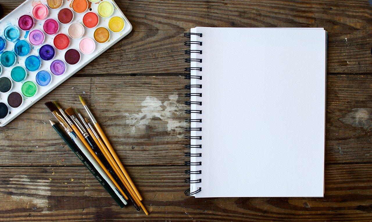 絵具と筆とノートが置いてある