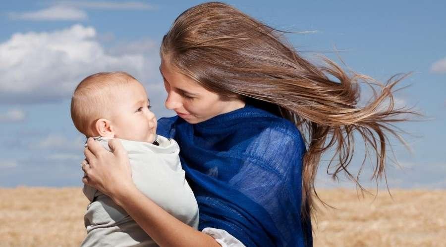 赤ちゃんとお母さんがそよ風を浴びている