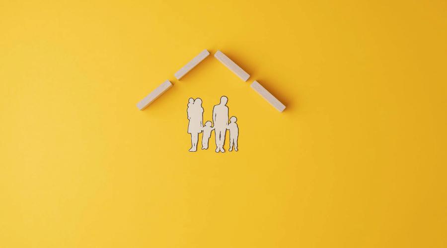屋根の下家族が手を繋いでいる