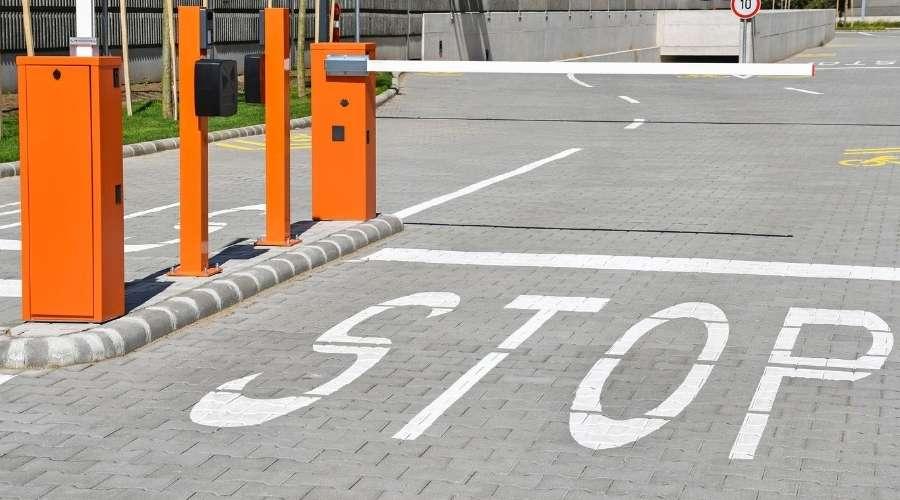 駐車場の料金所入口にSTOPと書かれている