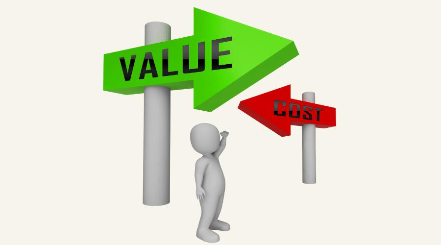 価値と価格と書かれた矢印形状の看板がある