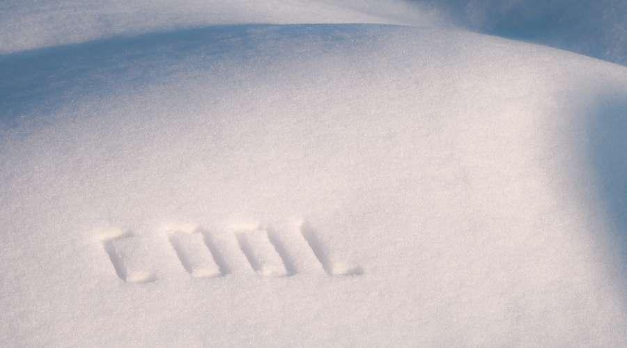 積もった雪にCOOLと書かれている