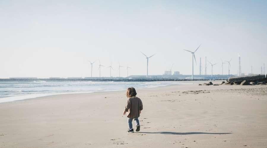 沢山の風車前を子供が歩いている