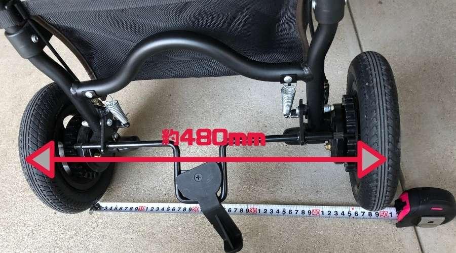 エアバギーのタイヤ幅を測定している。