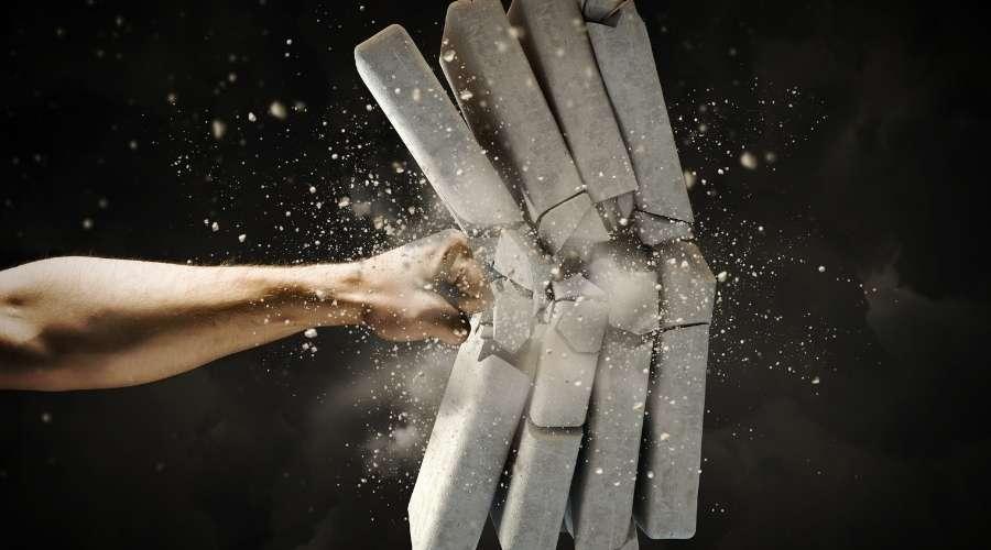 拳で4枚のブロックを割っている