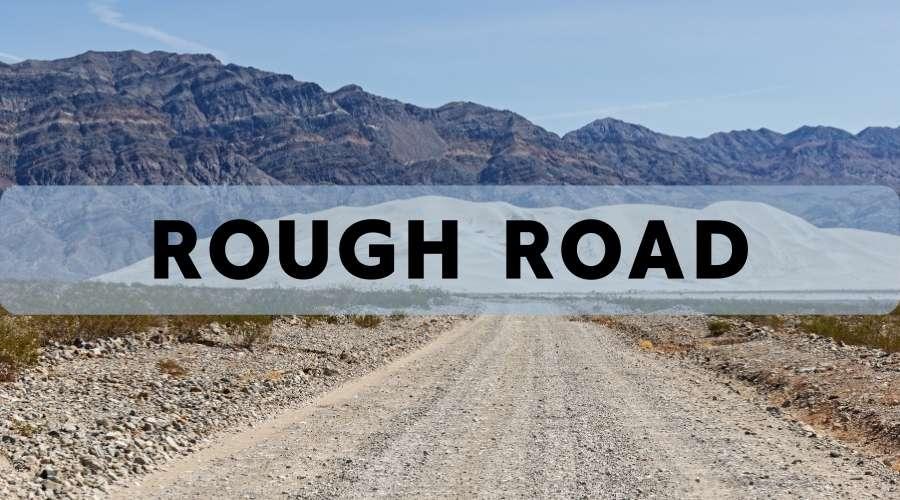 砂利だらけの悪路が続いている