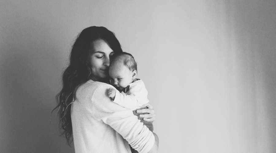 赤ちゃんを抱いているお母さんがいる