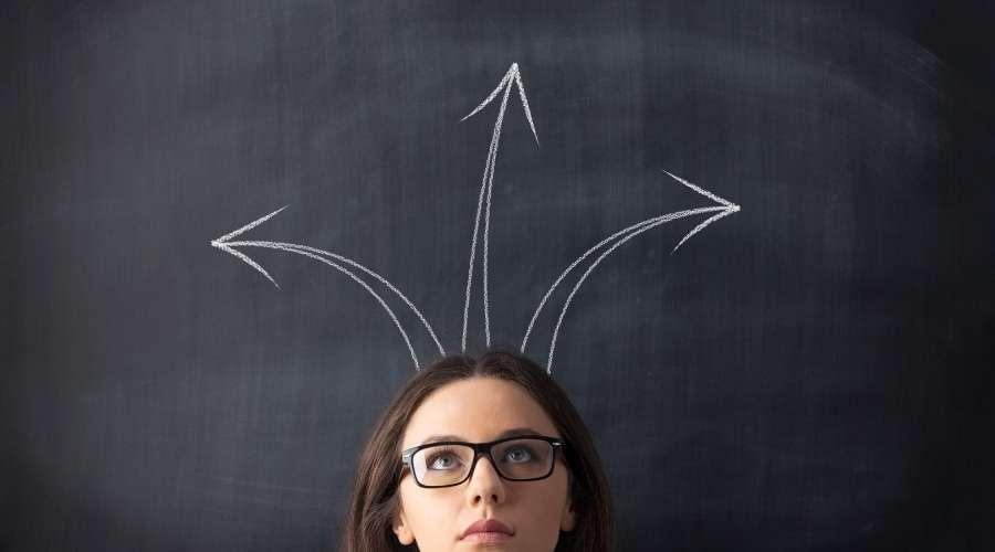 女性の頭から矢印が出ている。