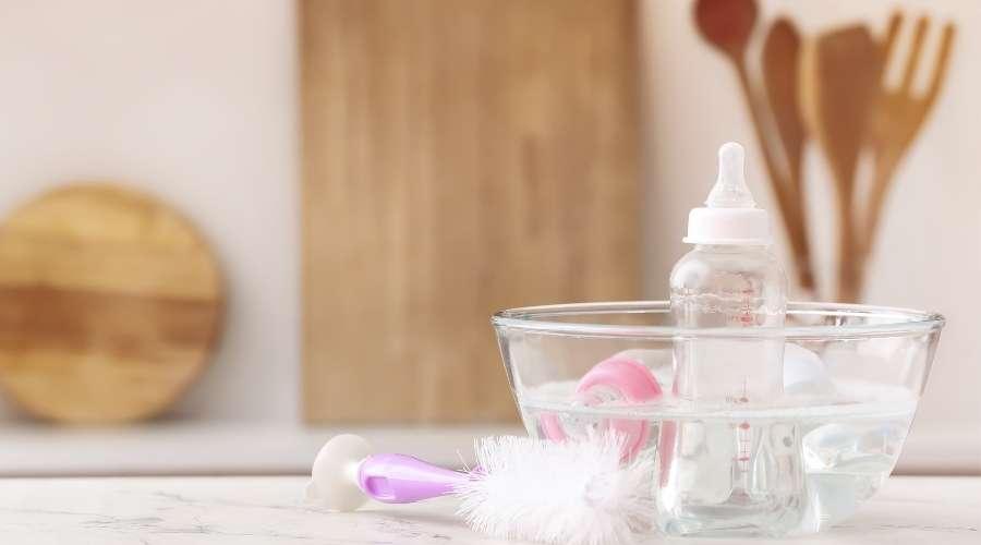 哺乳瓶が消毒液に浸けられている。