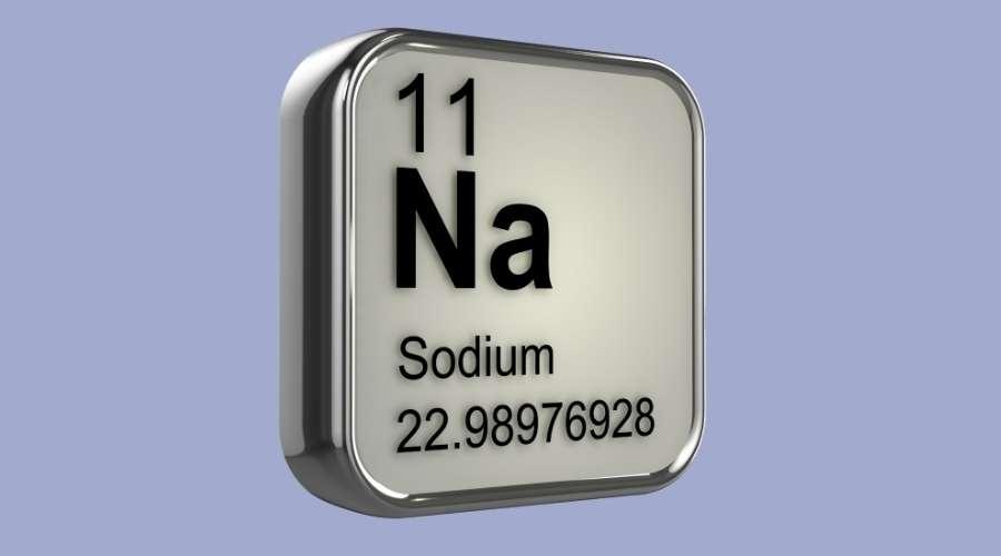 元素記号ナトリウムの書かれた看板が置いてある