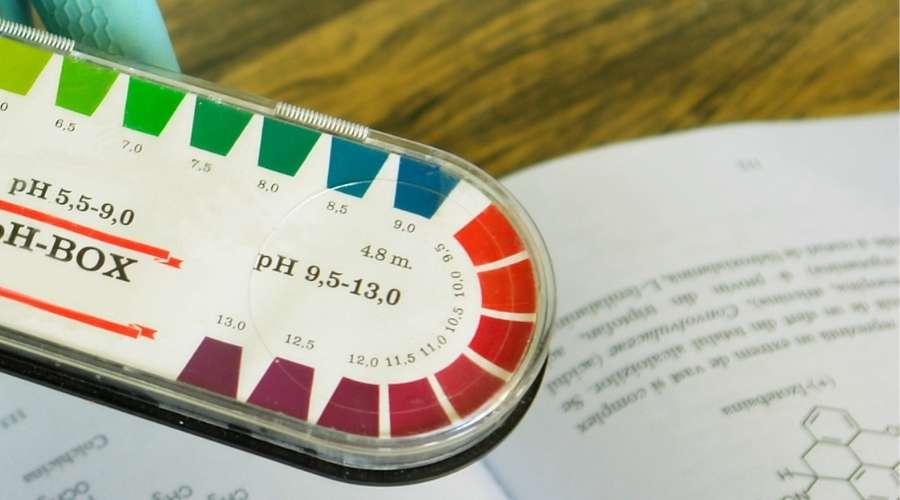 ph紙にアルカリ性の反応色が記載されている。