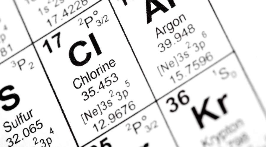 元素記号一覧表に、塩素の元素記号が書かれている。