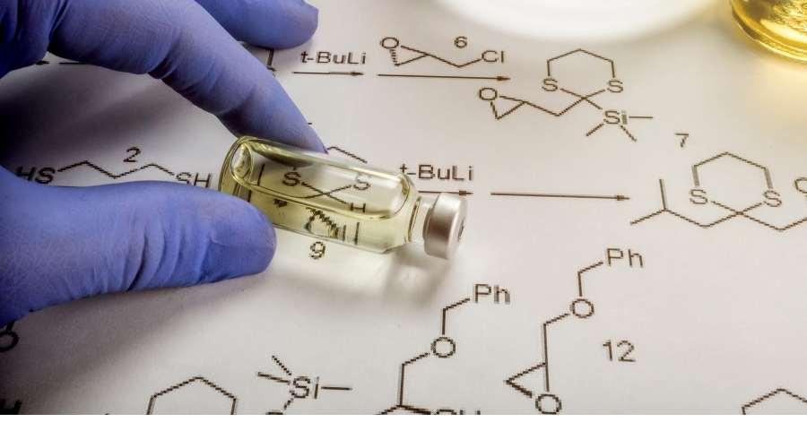 液体の入った瓶と、化学記号が書かれた紙が置かれている。