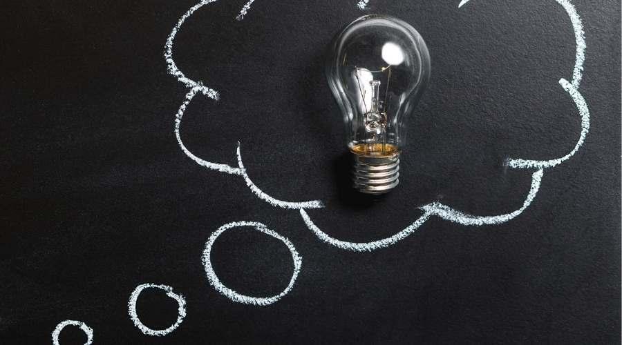 吹き出しの中に電球が書いてある。