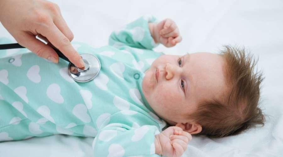 聴診器で赤ちゃんの健康を診ている。