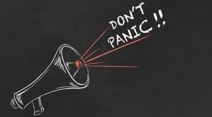 拡声器からパニックになるなと声明が出ている。