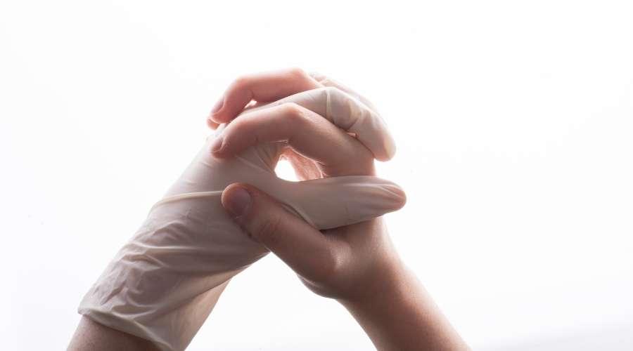 手袋を履いた手と素手