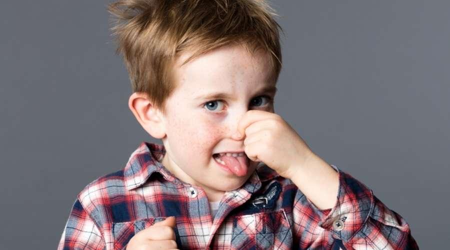鼻をつまんで、舌を出している子供がいる。