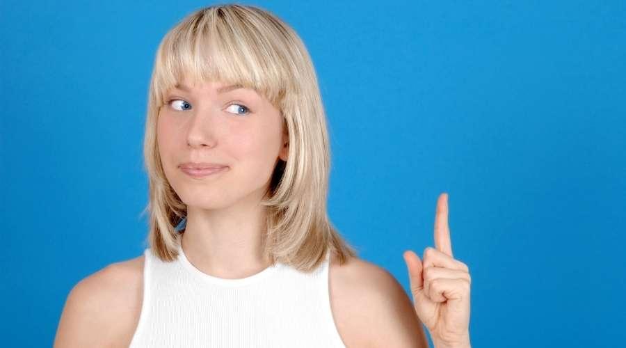 一指し指を立てている女性がいる。