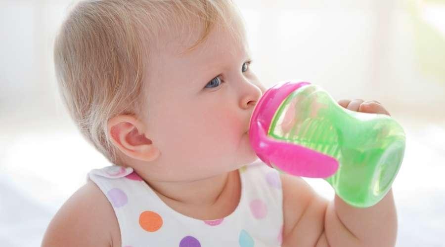 赤ちゃんが飲み物を飲んでいる