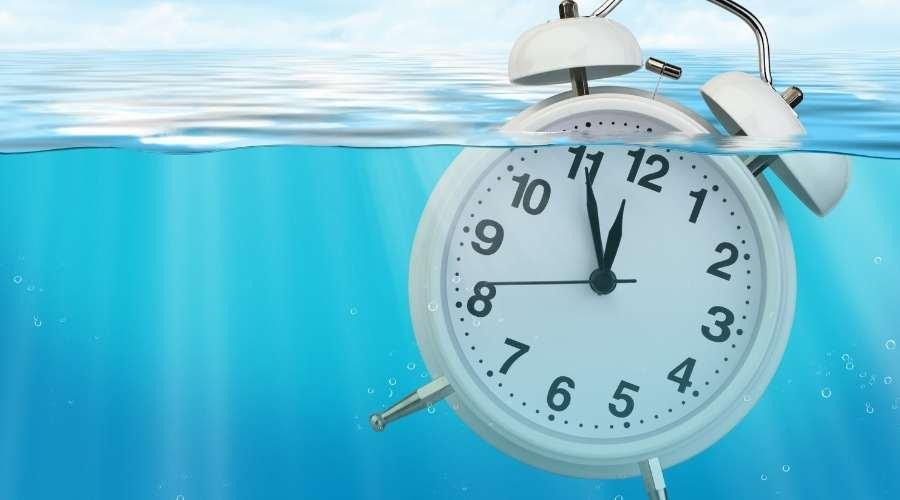 消毒液の中に時計が沈んでいる。