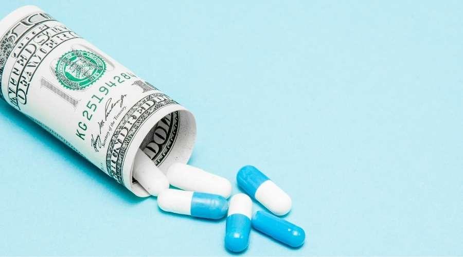 お札の中から薬剤が出ている