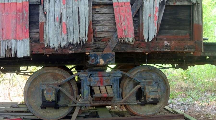 錆びて朽ち果てた電車が置いてある