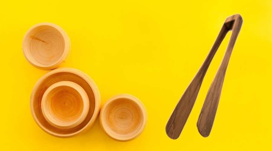 木製の食器とトングが置いてある