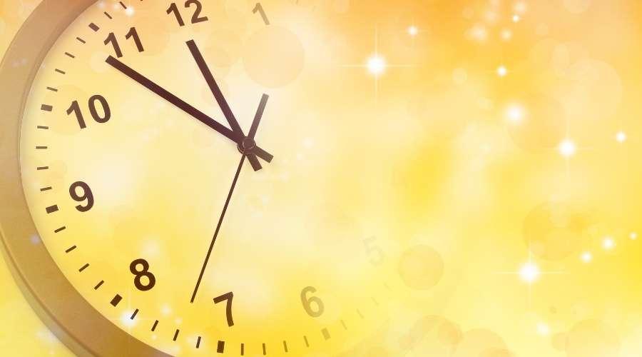 大きな時計の針が動いて時間が経過している。
