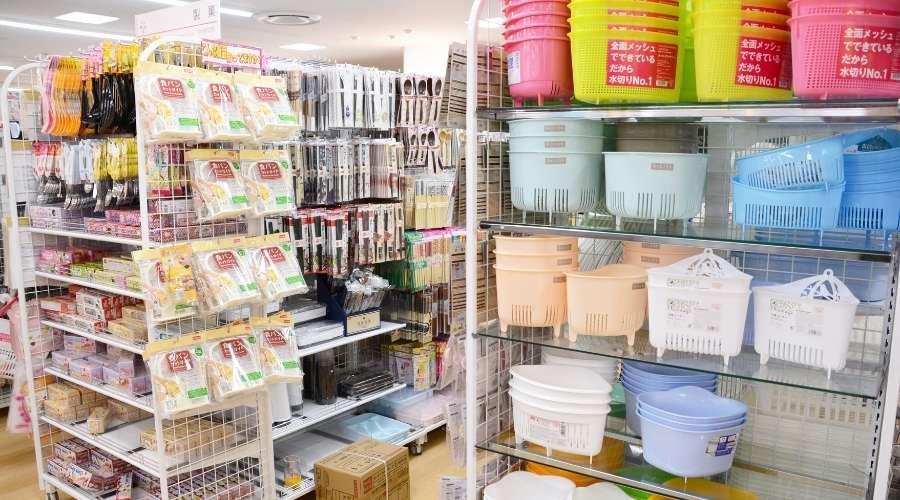 100円ショップに並んでいるたくさんの商品