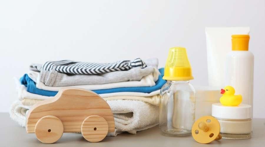 哺乳瓶、おしゃぶり、食器類、おもちゃなどのベビー用品が置いてある