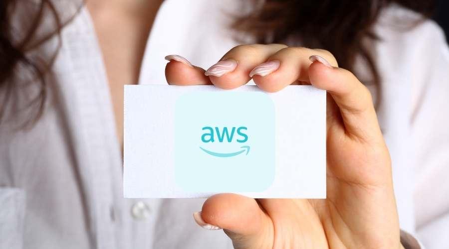 女性がawsと書かれたカードを持っている