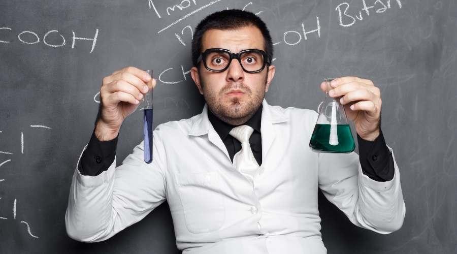 試験管を持って成分分析をしている男性