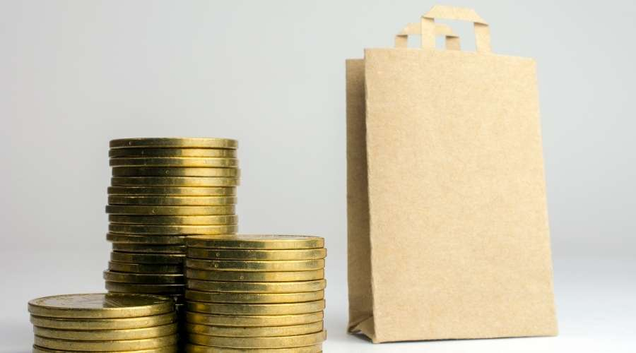 お金と紙袋に入った商品が置いてある
