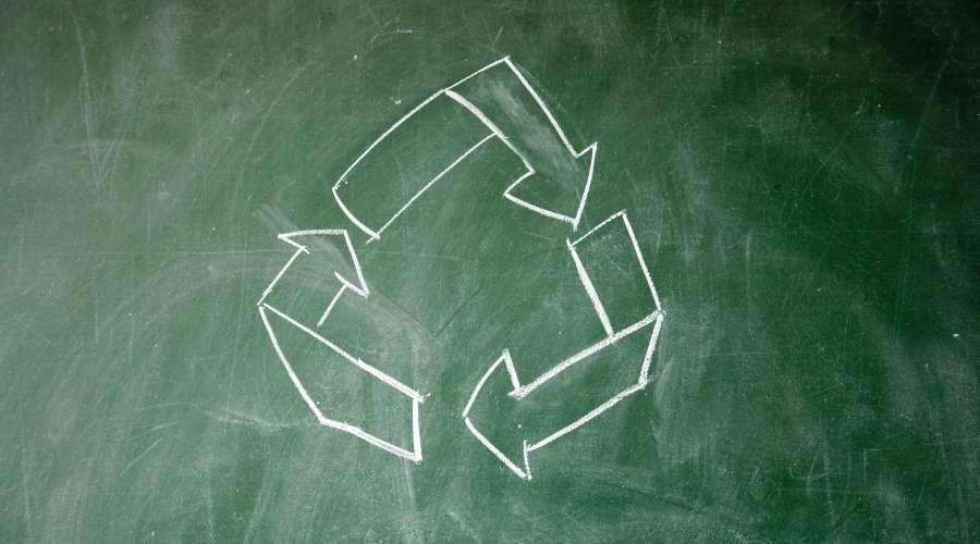 黒板に矢印で円が書かれている
