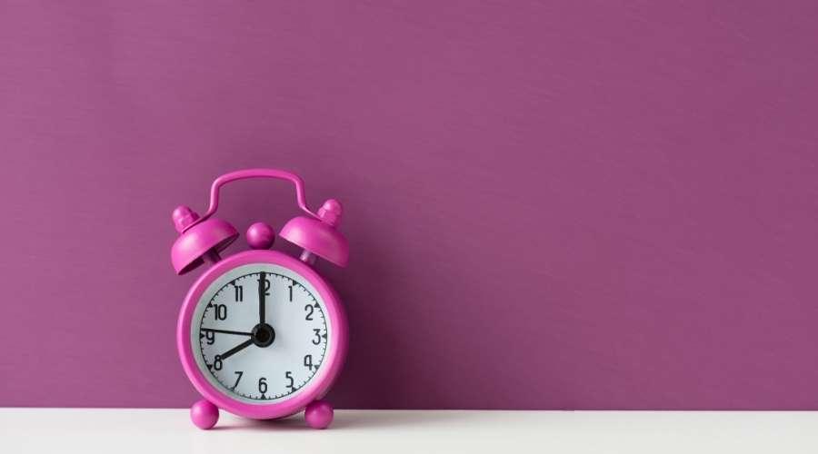 ピンクの時計が時を刻んでいる
